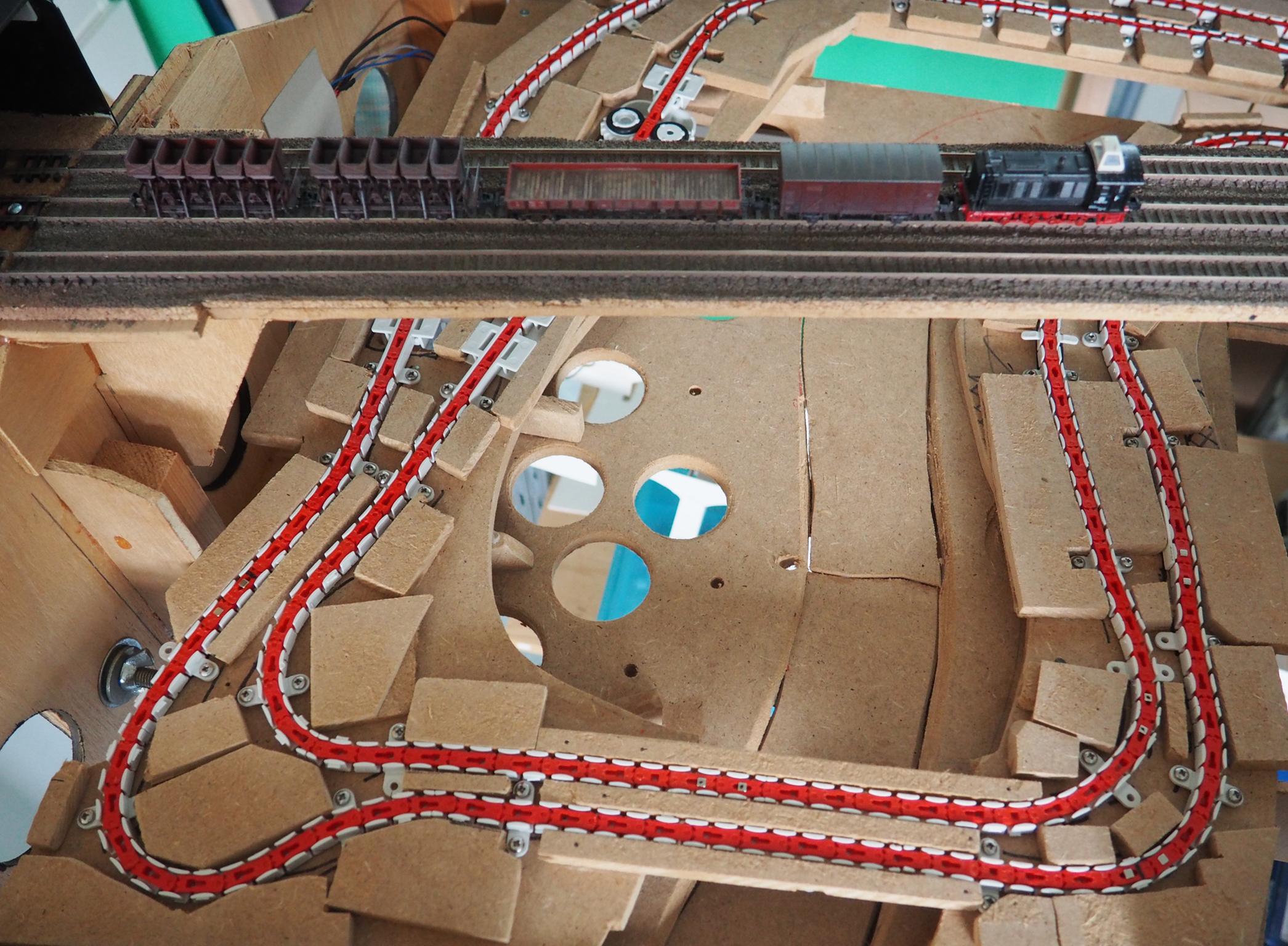 Het hele traject is ten behoeve van eenvoudige montage op een aparte plaat gemaakt die in z'n geheel in de modelbaan kan worden geschoven.