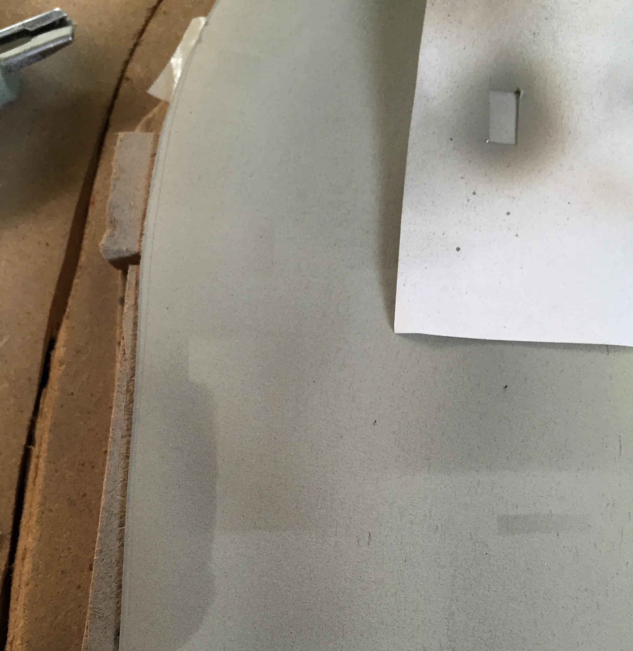 Om wat 'leven' in het grijze wegdek te krijgen zijn met de airbrush en wat sjabloontjes reparatievlakken aangebracht.