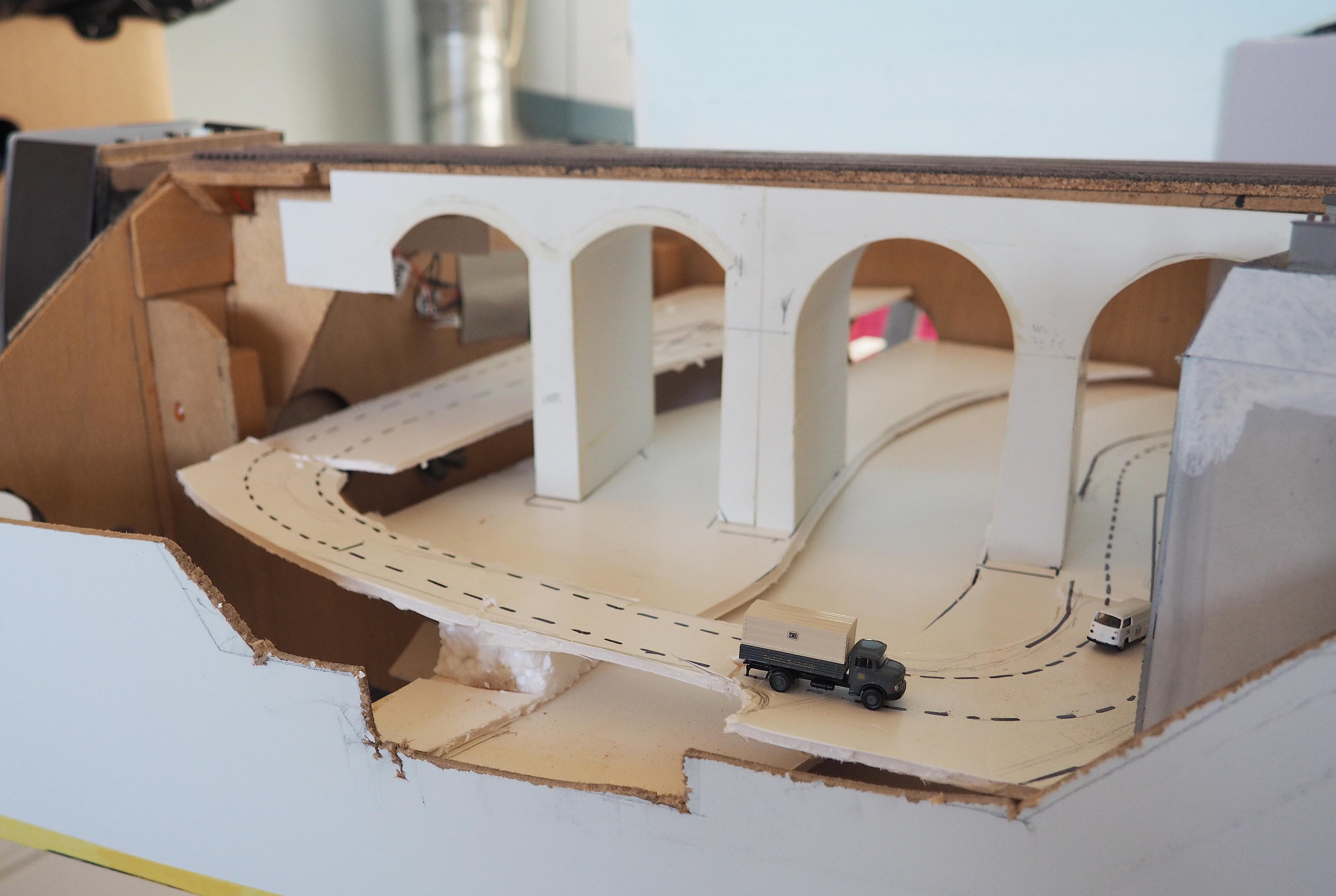 Het ontwerp voor het traject van het magnorail-systeem is met wat stukjes karton bepaald.