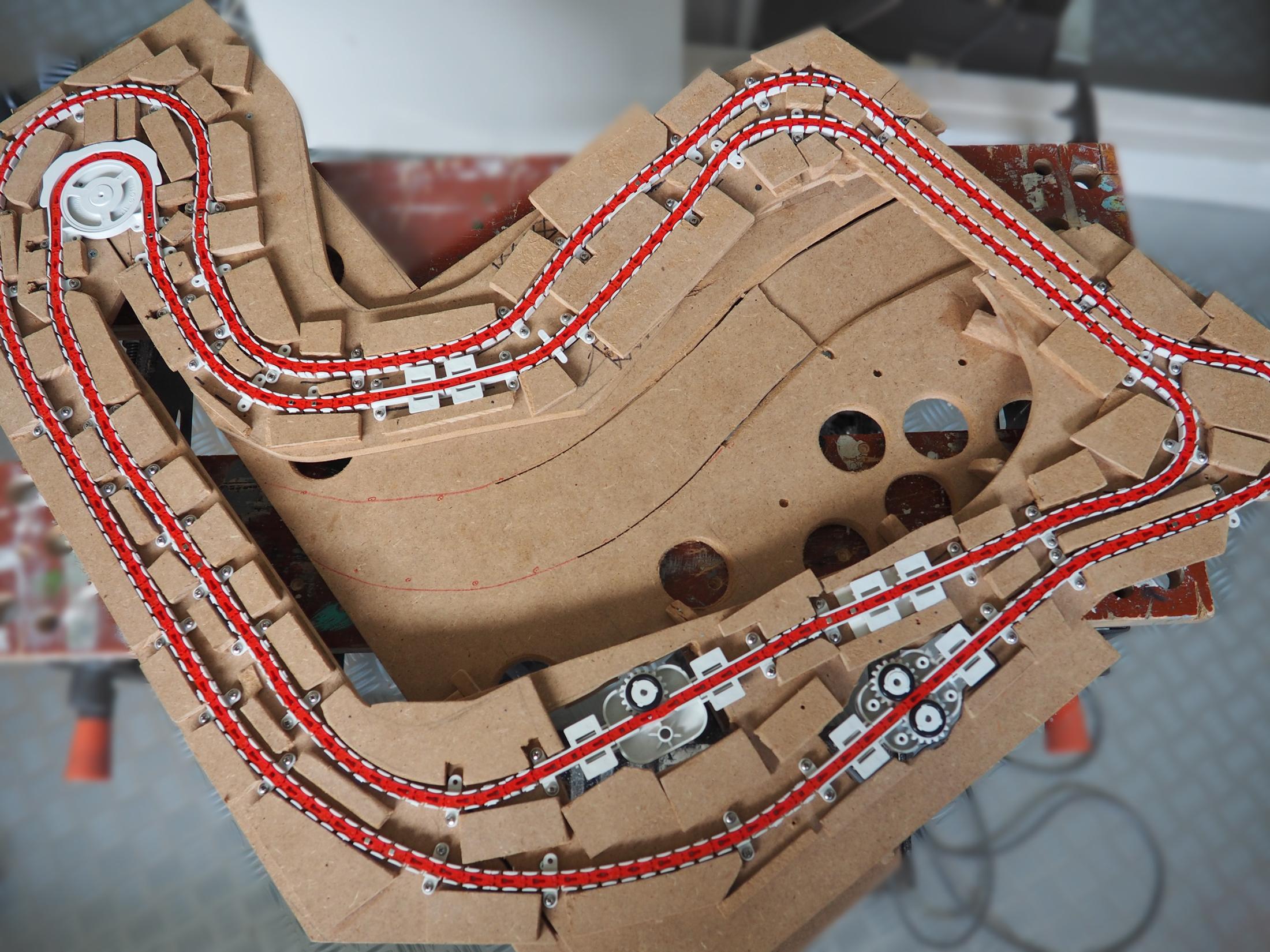 Het totale magnorail-traject bestaat uit twee aparte kettingen met aandrijving. Zo is er twee-richtingverkeer mogelijk.